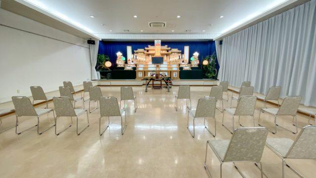 故人を偲ぶ葬式会場の祭壇