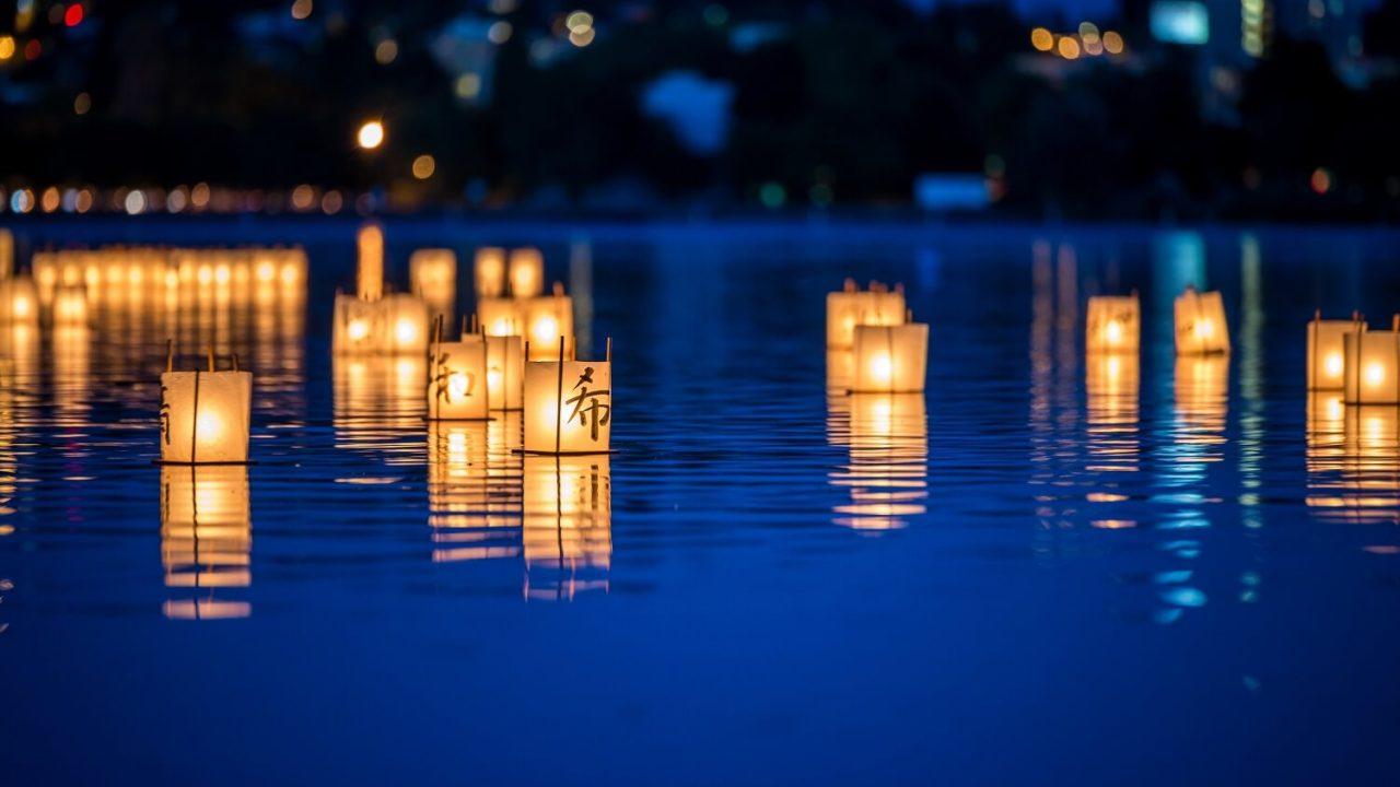 死者を弔って海や川で行われる灯籠流し(灯篭流し)