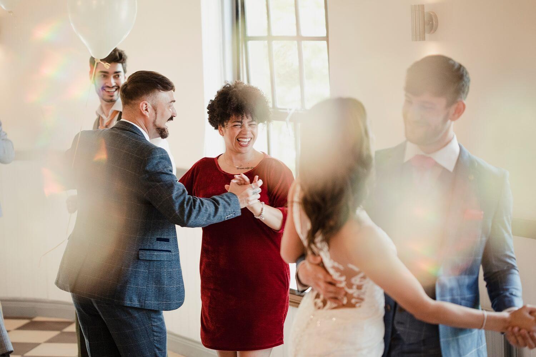 女性に合わせて踊ること